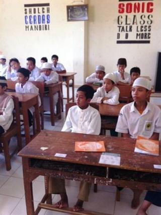 Children in Arabic class at the Al Mukmin school