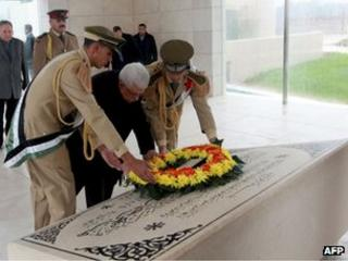 Mahmoud Abbas lays a wreath on the tomb of Yasser Arafat in Ramallah (11 November 2012)