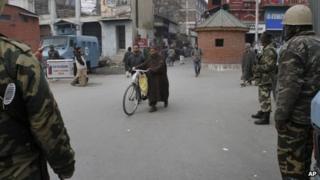 Paramilitary soldiers in Srinagar on 6 Dec 2012