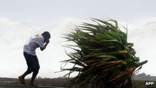 Man struggling against wind on Reunion, 3 Jan 13
