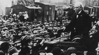 David Lloyd George yn siarad gyda'r dorf yn Llanbed yn 1919