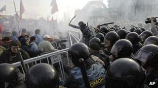 Police clash with opposition in Moscow, 6 May 12