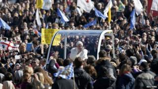 Crowds say farewell to Pope in Rome
