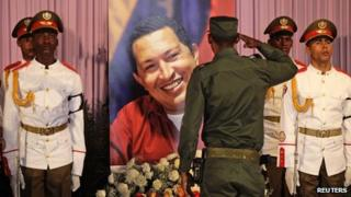 Cuban soldier salutes tribute to Hugo Chavez (7 March 2013)