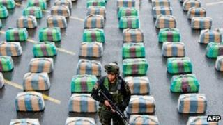 A Colombian soldier stands by seized cocaine in Cali state (26 March 2013)