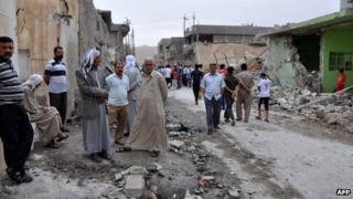Iraqis inspect bomb damage in Tuz Khurmato (21/05/13)