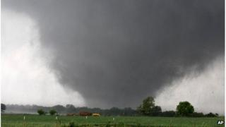 Tornado passing across southern Oklahoma City, 20 May 2013