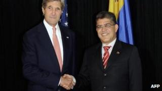 John Kerry (L) shakes hands with Venezuelan Foreign Minister Elias Jaua, 5 June