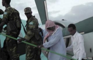 Sheikh Hassan Dahir Aweys boards a plane in Adado with Somali government soldiers, 29 June