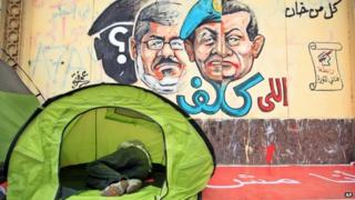 Cairo graffiti comparing Mohammed Morsi and Hosni Mubarak (2 July 2013)