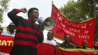 Jan Sithole, secretary-general of the Swaziland Federation of Trade Unions (SFTU) addresses a march through the streets of Mbabane 25 January 2004.