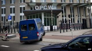 Chemical weapons inspectors arrive at the OPCW's headquarters in The Hague (31 August 2013)