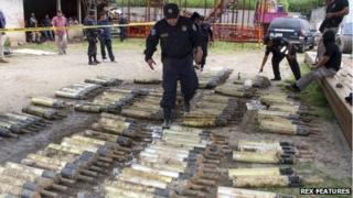Policemen check some of the 213 anti-tank grenades found in El Congo, 50 km north of San Salvador on 8 October 2013
