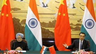 Chinese Premier Li Keqiang (R) and Indian PM Manmohan Singh at a joint news conference at the Great Hall of the People in Beijing on October 23, 2013