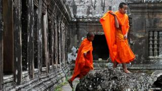 Buddhist monks at the Preah Vihear temple on the Thai-Cambodian border (10 November 2013)