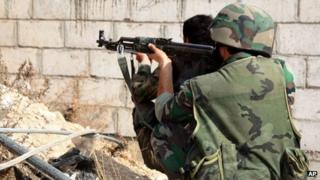 Syrian soldiers in the Damascus suburb of Sbeineh (7 November 2013)