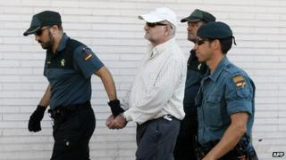 Spaniard Daniel Galvan (C) leaves the Courthouse of Torrevieja escorted by Guardia Civil policemen (31 August 2013)
