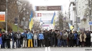Crowd blocking road in Kiev, 2 Dec 13