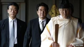 Japanese PM Shinzo Abe (centre) visits Yasukuni shrine. Photo: 26 December 2013