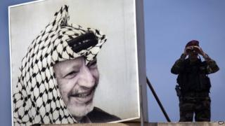 Palestinian presidential guard next to picture of late leader Yasser Arafat (file pic)