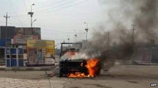 A security forces vehicle on fire in Ramadi (30 December 2013)