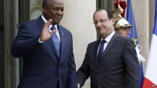 French President Francois Hollande (R) with Ghana's President John Dramani Mahama on 28 May 2013 at the Elysee Palace in Paris, France