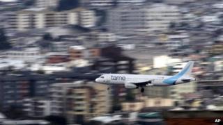 Tame plane landing in Quito