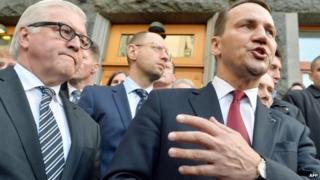 Radoslaw Sikorski, right, flanked by German counterpart Frank-Walter Steinmeier. 21 Feb 2014