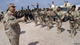 Yemen's defence minister speaks to anti-terrorism police officers in Balhaf (11 May 2014)