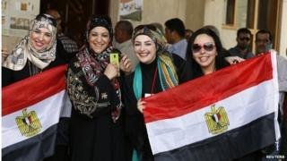 Egyptian women holding national flags (15/05/14)