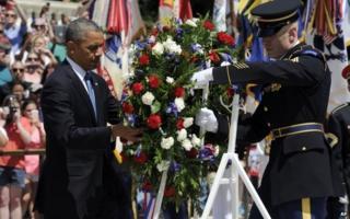 Mr Obama lays a wreath