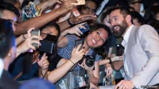 Hugh Jackman poses for photos with film fans at the Singapore premier of X-Men Days of Future Past