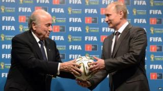 Fifa chairman Sepp Blatter (L) with Russian President Vladimir Putin in Brazil (13 July 2014)
