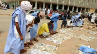 Readers at a newsstand in Mauritania