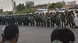 Chinese soldiers in riot gear stand outside the Id Kah Mosque, China's largest, in Kashgar (31 July 2014)