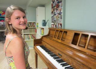 Alana Saarinen at a piano