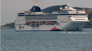 Lifeboat attends cruise ship