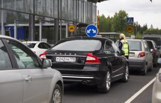 Russians cars queue at Finnish border