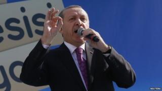 Turkey's President Recep Tayyip Erdogan makes a speech during the opening ceremony of a school in Ankara (18 November 2014)