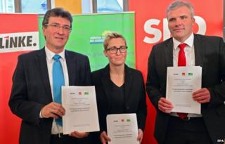 Die Linke's Thuringia chairwoman Susanne Hennig-Wellsow (C), Greens leader Dieter Lauinger (L), and SPD leader Andreas Bausewein present their coalition document in Erfurt (20 Nov)