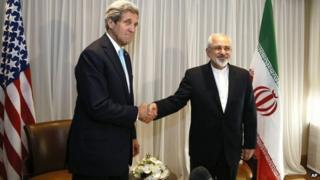 John Kerry and Mohammad Javad Zarif shake hands in Geneva (14 January 2015)