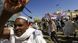 Muslims shout slogans against France and call for its apology after attending Jumma prayer in Khartoum on 16 January 2015