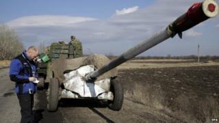 An OSCE representative watches the Ukrainian artillery withdrawal near Artemivsk. Photo: 27 February 2015