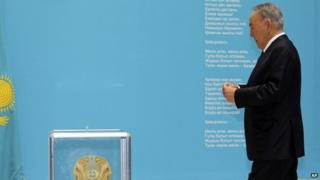 Main Kazakh presidential candidate Nursultan Nazarbayev walks to casts his ballot at a polling station in Astana (26 April 2015)