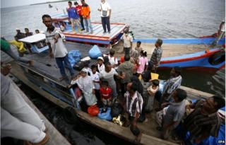 Fishermen bring migrants to shore in Aceh, Indonesian (15 May 2015)