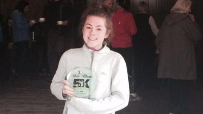 Katie Cooke com um troféu