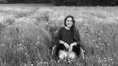 Katie Cooke em uma cadeira de rodas