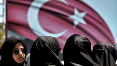 Women wearing veils demonstrate in support of Turkey's President Erdogan (19 July 2016)