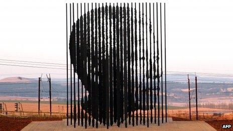 A sculpture of Nelson Mandela