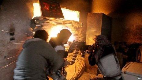 Rebel fighters fire a machine gun in the Salah al-Din district of Aleppo (November 2013)